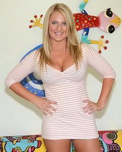 Упитанная блондинка показывает тело крупным планом в своей комнате