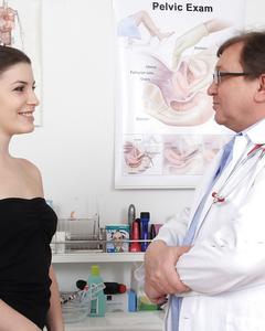 Кареглазая пациентка разделась на приёме у гинеколога