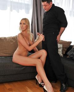 Муж с другом трахают жену в анал на угловом диване