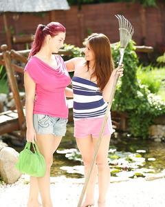 Молодые подружки занялись лесбийским сексом на травке у пруда