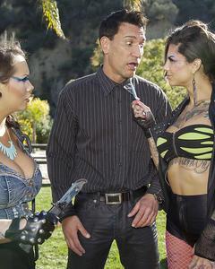 Две татуированные лесбиянки поделили член парня на двоих
