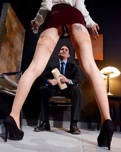 Секретарша в чулках отсосала начальнику на офисном стуле