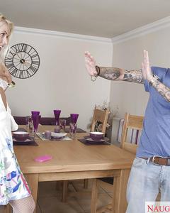 Татуированный мужик выебал блондинку в белых чулках на кухонном столе