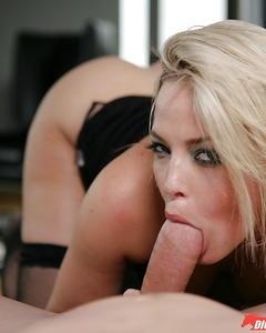 Мужик снял на камеру минет и секс с блондинкой в чёрных чулках