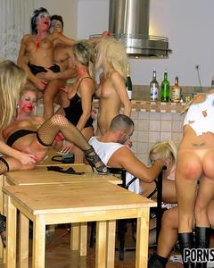 Костюмированный групповой трах с кучей красоток на кухне