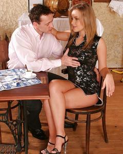 Мужик трахает красивую блондинку в баре на столике