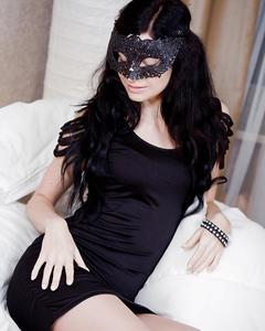 Брюнетка в маске дрочит лысую киску на удобном сидении
