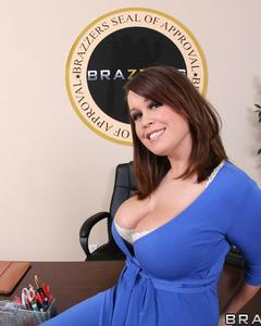 Сиськастая бизнес-леди разделась на рабочем столе своего кабинета