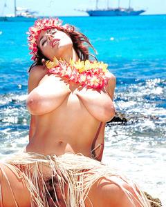 Гавайская мамка с огромной грудью загорает на пляже