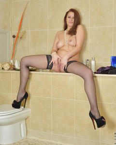 Мамочка снимает сексуальное нижнее белье и дрочит вагину в ткалете