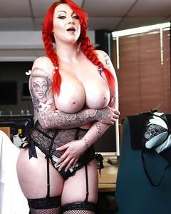 Пышногрудая толстушка с рыжими волосами и сексуальными тату разделась в каб ...