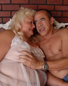 Мужик ебёт жирную блондинку до камшота ей в рот