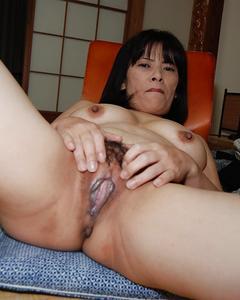 Азиатская милфа раздвинула свою мохнатую вагину на полу
