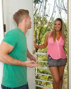Красивая блондинка зашла на чай к соседу и отсосала ему до камшота