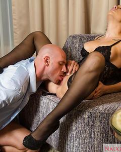Милфа в эротичном белье и чулках трахается на диване и кровати
