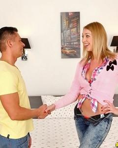 Блондинка сосет и дрочит член мужика сиськами до камшота ей в рот
