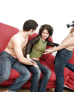 Два мужика трахают русскую брюнетку на диване и снимают на камеру