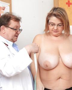 Зрелка на приёме у гинеколога раздвинула ноги