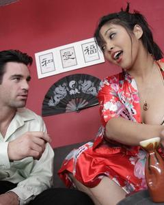 Грудастую азиатку трахнул любовник и накормил спермой на мягкой кровати