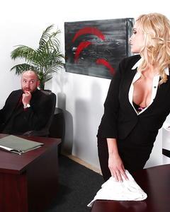 Лысый босс с бородой трахнул сиськастую секретаршу на деревянном столе