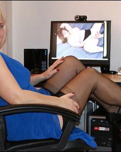 Зрелая блондинка в чулках раздевается в кресле на фоне включенного порно