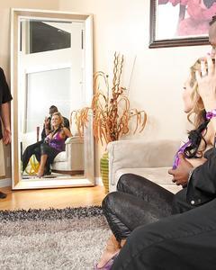 Блондинка сосет черный член перед мужем и трахается на диване
