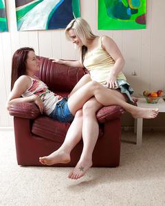 Две лесбиянки лижут киски на кожаном кресле