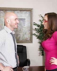 Секретарша в очках высосала выходной у босса в офисе