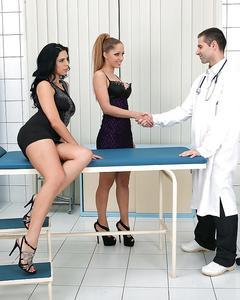 Две подруги сосут член на осмотре у доктора до камшота в рот