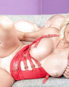 Бабка с большими сиськами трахается с лысым парнем на диване