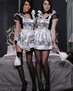 Две темноволосые домработницы в чулках разделись на кровати