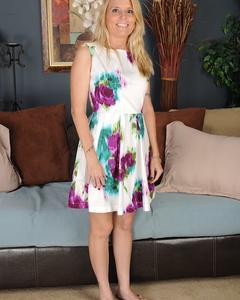 Блондинка с большими сиськами Скай Мартин демонстрирует свою киску дома