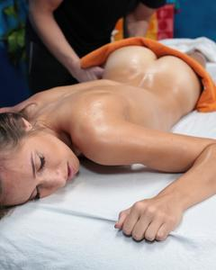 Массажист трахнул в вагину молодую девушку в масле