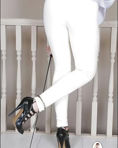 Зрелка демонстрирует большую грудь, расстегнув белый пиджак