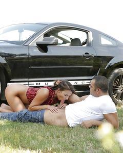 Девушка сосет у мужика на фоне его черного мустанга