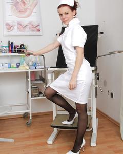 Медсестра в чулках мастурбирует вибратором киску на гинекологическом кресле