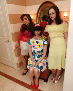 Три зрелые дамы показывают свои достоинства возле зеркала