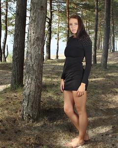 Стриптиз молодой красотки с большой грудью в лесу