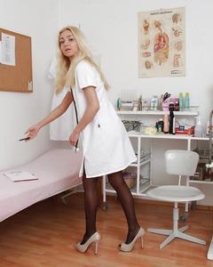 Медсестра села на гинекологическое кресло и засунула в пизду расширитель