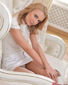 Красивая онанистка развлекается с дилдо на белом кресле