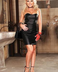 Блондинка в кожаном платье разделась в туалете