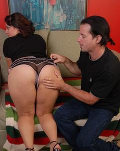 Волосатый мужик вылизал и выебал зрелую тёлку на замшевом диване
