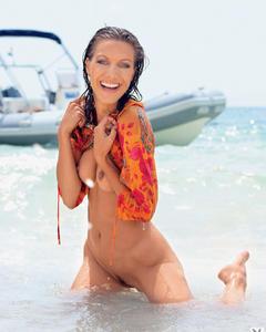 Худенькая туристка отдыхает голышом на яхте и пляже
