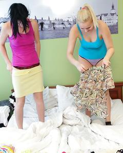 Две лесбиянки лижут друг дружке пезды на белой кровати