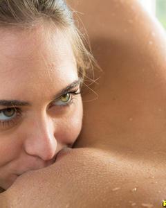 Молодая лесбиянка лижет киску блондинке в белой ванной