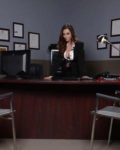 Грудастая полицейская в чулках показала киску на рабочем столе