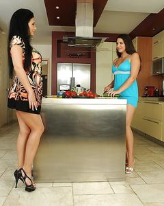 Подруги лесбиянки раздеваются и лижут киски на кухне