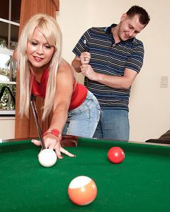 Блондинку в джинсах выебал тренер на бильярдном столе
