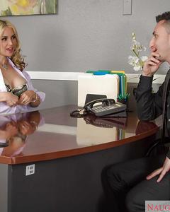 Грудастая блондинка сосет член начальнику в офисе и он кончает ей на лицо