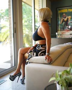 Блондинка с огромными сиськами показывает тело на белом диване